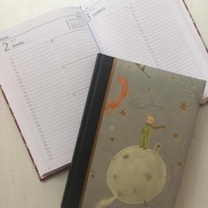 2021-es határidőnapló - napi beosztású (Firenze), Otthon & Lakás, Papír írószer, Naptár & Tervező, Könyvkötés, 2021-es határidőnapló.\nMéret: A5\nBeosztás: napi\nBorító: Kis herceges minta, műbőr gerinccel, Meska