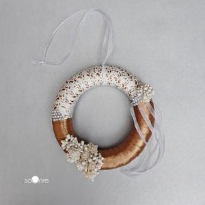 Elegáns kopogtató, Ajtódísz & Kopogtató, Dekoráció, Otthon & Lakás, Mindenmás, 16 cm átmérőjű szalmakoszorút selyemfényű szalaggal vontam be, ezt még elegáns fehér mintás szalagga..., Meska