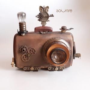 Steampunk fényképezőgép, Otthon & Lakás, Dekoráció, Dísztárgy, Festett tárgyak, Újrahasznosított alapanyagból készült termékek, Steampunk stílusú, bőrhatású, régies fényképezőgép.\nCsatoltam fotót a kidolgozásának menetéről és am..., Meska