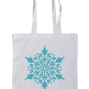 Fehér karácsonyi bevásárló szatyor, Táska & Tok, Bevásárlás & Shopper táska, Shopper, textiltáska, szatyor, Fotó, grafika, rajz, illusztráció, Fehér klasszikus bevásárló táska könnyű pamut anyagból. Türkizkék hópihés mintával szitázva, két hos..., Meska