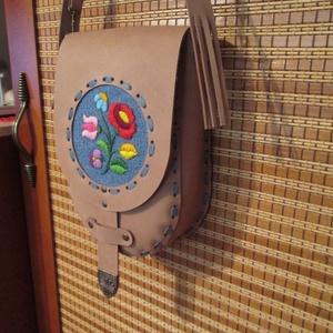 Tarsoly formájú kalocsai hímzéssel díszített női táska bézs színben            ka - Meska.hu