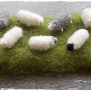 """Mini Báránykák - tűnemezelt figura, dísz, Dekoráció, Otthon & lakás, Húsvéti díszek, Ünnepi dekoráció, Lakberendezés, Nemezelés, Mini báránykák legelésznek....\n\n7db mini bárányka (4cm) + 8x20cm-es \""""rét\""""\n\nTehetők ablakba, asztalra..., Meska"""