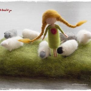 """Kislány báránykákkal - tűnemezelt figura, dísz, Asztaldísz, Dekoráció, Otthon & Lakás, Nemezelés, \n\n7db mini bárányka (4cm)1db 8cm-es kislány + 8x20cm-es \""""rét\""""\n\nTehetők ablakba, asztalra.\nTavaszcsal..., Meska"""