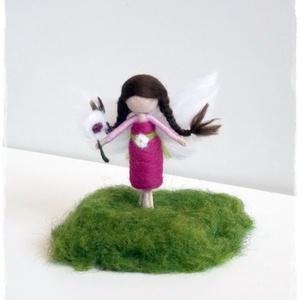 Mini Tavaszka állványon- tűnemezelt figura, dísz , Dekoráció, Otthon & lakás, Lakberendezés, Játék, Gyerek & játék, Nemezelés, Icurka-picurka kis Tavasztündér (8cm) állványon\n\nA napos helyeket kedveli.\nTehető ablakba, asztalra...., Meska