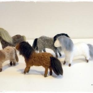 Izlandi (Shetlandi) Pónik - tűnemezelt állatfigura, Ló, Plüssállat & Játékfigura, Játék & Gyerek, Nemezelés, A lovacskák rendelésre készülnek, olyan színben, amilyet szeretnél.\n\nA magasságuk kb. 5cm.\n\nDarabár:..., Meska