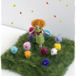 """Kislány virágokkal - tűnemezelt figura, dísz, Dísztárgy, Dekoráció, Otthon & Lakás, Nemezelés, \n 8cm-es kislány + 12x12cm-es \""""rét\"""" virágokkal\n\nTehetők ablakba, asztalra.\nTavaszcsalogatónak.\nVagy ..., Meska"""