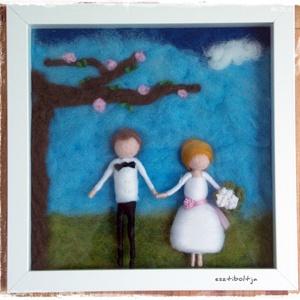 Nemezelt esküvői kép 3D-s keretben , Nászajándék, Emlék & Ajándék, Esküvő, Nemezelés, A nemezelt figurákat nem csak akasztós, vagy függős változatban kérheted, hanem mélyített, úgyneveze..., Meska