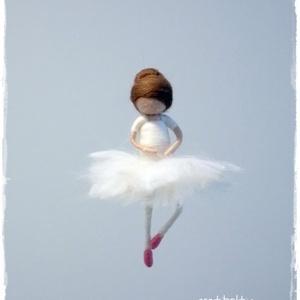 Balerina - tűnemezelt, dísz, függő, Dekoráció, Otthon & lakás, Lakberendezés, Nemezelés, 10cm-es balerina, tűnemezelt, damilon.\nÁllványra helyezve asztalon, polcon is jól mutat.\nBalerinákna..., Meska