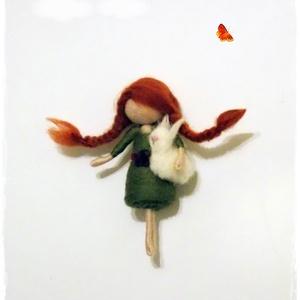 Kislány nyuszival, Dísztárgy, Dekoráció, Otthon & Lakás, Nemezelés, 8cm-es tűnemezelt kislány figura nyuszival a kezében :-)\n, Meska
