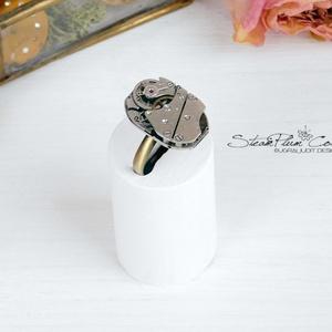 Miss Addison Withlock - steampunk gyűrű , Ékszer, Gyűrű, Statement gyűrű, Ékszerkészítés, Újrahasznosított alapanyagból készült termékek, Régi idők női karóra belsői lényegültek át az egyik legkedvesebb ékszerünké.\nMeglátod, ha felveszed,..., Meska
