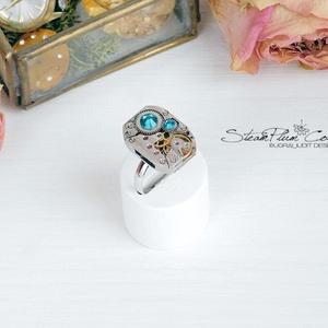Miss Elza Withlock - gyűrű swarovski kövekkel díszítve, Ékszer, Gyűrű, Statement gyűrű, Ékszerkészítés, Újrahasznosított alapanyagból készült termékek, Régi idők női karóra belsői lényegültek át az egyik legkedvesebb ékszerünké.\nMeglátod, ha felveszed,..., Meska