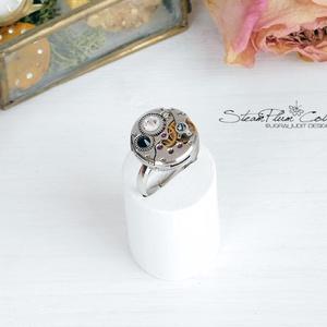 Miss Darcy Withlock - swarovskival díszített gyűrű , Ékszer, Gyűrű, Statement gyűrű, Ékszerkészítés, Újrahasznosított alapanyagból készült termékek, Régi idők női karóra belsői lényegültek át az egyik legkedvesebb ékszerünké.\nMeglátod, ha felveszed,..., Meska