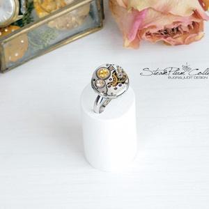 Miss Florence Withlock - swarovskival díszített gyűrű , Ékszer, Gyűrű, Statement gyűrű, Ékszerkészítés, Újrahasznosított alapanyagból készült termékek, Régi idők női karóra belsői lényegültek át az egyik legkedvesebb ékszerünké.\nMeglátod, ha felveszed,..., Meska