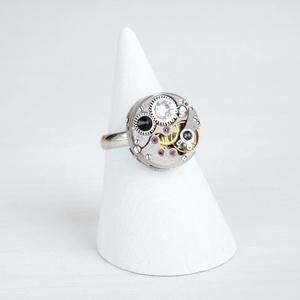 Miss Darcy Withlock - swarovskival díszített gyűrű , Ékszer, Gyűrű, Statement gyűrű, Régi idők női karóra belsői lényegültek át az egyik legkedvesebb ékszerünké. Meglátod, ha felveszed,..., Meska