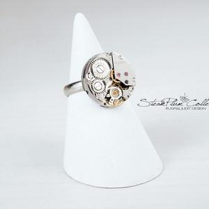 Miss Ainsley Withlock - steampunk gyűrű , Ékszer, Gyűrű, Statement gyűrű, Ékszerkészítés, Újrahasznosított alapanyagból készült termékek, Régi idők női karóra belsői lényegültek át az egyik legkedvesebb ékszerünké.\nMeglátod, ha felveszed,..., Meska