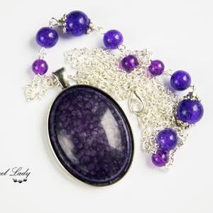 Purple Universe - lila gyöngyös nyaklánc, Medálos nyaklánc, Nyaklánc, Ékszer, Ékszerkészítés, Purple Universe, azaz lila univerzum. A nyaklánc központi eleme egy tetszetős műgyanta kaboson, mely..., Meska