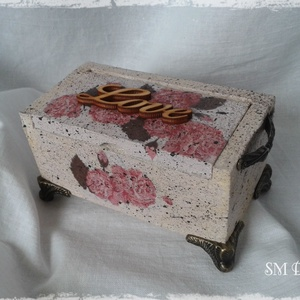 Antik rózsás dobozka, Dekoráció, Otthon & lakás, Ékszer, Ékszertartó, Lakberendezés, Decoupage, transzfer és szalvétatechnika, Antikolt, decoupage technikával készült dobozka, melyben mind kis titkokat, mind ékszereket elrejthe..., Meska