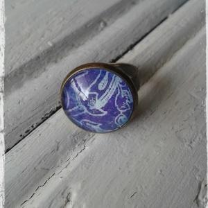 Üveglencsés gyűrű I., Üveglencsés gyűrű, Gyűrű, Ékszer, Decoupage, transzfer és szalvétatechnika, Ékszerkészítés, Decoupage technikával díszített üveglencsés gyűrű.\n\nAntik gyűrűalap- 1,6 cm átmérőjű.\nÁllítható mére..., Meska