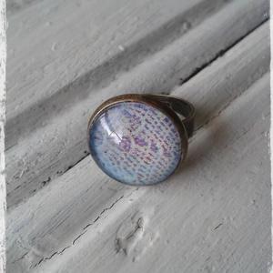 Csipkés üveglencsés gyűrű , Statement gyűrű, Gyűrű, Ékszer, Decoupage, transzfer és szalvétatechnika, Ékszerkészítés, Decoupage technikával díszített üveglencsés gyűrű.\n\nAntik gyűrűalap- 1,6 cm átmérőjű.\nÁllítható mére..., Meska