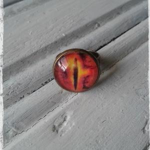 Gyűrű, Statement gyűrű, Gyűrű, Ékszer, Decoupage, transzfer és szalvétatechnika, Ékszerkészítés, Gyűrűk ura ihlette üveglencsés gyűrű.\n\nAntik gyűrűalap- 1,6 cm átmérőjű.\nÁllítható méretű a gyűrű.\n\n..., Meska