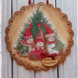 Karácsonyi ajtódísz, Otthon & Lakás, Karácsony & Mikulás, Karácsonyi dekoráció, Decoupage, transzfer és szalvétatechnika, Festett tárgyak, Hóemberes antikolt, decoupage technikával készült karácsonyi ajtódísz.\nVendégeink már az ajtóban ére..., Meska