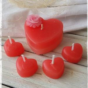 Szívecskés gyertyacsomag, Gyertya & Gyertyatartó, Dekoráció, Otthon & Lakás, Gyertya-, mécseskészítés, A csomag tartalmaz egy 5,5x3 cm-es, rózsafejjel díszített szív alakú gyertyát, és 4 db 2,5x1,5 cm-es..., Meska