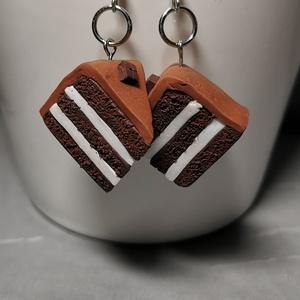 Csokitorta fülbevaló, Ékszer, Fülbevaló, Lógó fülbevaló, Ékszerkészítés, Gyurma, Süthető gyurmából készült csokitortát formázó akasztós fülbevaló.\nSúlya: 9 g.\nTeljes hossza: 50 mm.\n..., Meska