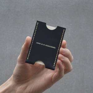 Bőr kártyatartó Nº2, Táska & Tok, Pénztárca & Más tok, Kártyatartó & Irattartó, Bőrművesség, Varrás, Kézzel varrt bőr kártyatartó (card sleeve) mely kényelmesen 2-3 kártyát tud tartani, de a bőr tágulá..., Meska