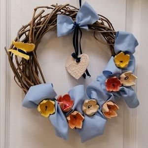 Ajtókopogtató tavaszi színes tulipánok lepkével rusztikus kék szalaggal, Otthon & Lakás, Dekoráció, Ajtódísz & Kopogtató, Kerámia, Virágkötés, Kerámia viragaimat kézzel készített alapra tettem, rusztikus kék textiltre ültettem a tulipánokat\nKi..., Meska