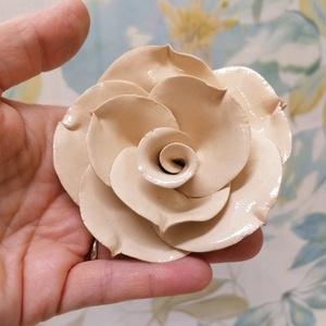 Fehér rózsa kerámia , Otthon & Lakás, Dekoráció, Csokor & Virágdísz, Kerámia, \nNagy gonddal, aprólékos munkával kerámiaból készült nagy fejű rózsa. \nFej mérete ~9cm. 25cmes drót ..., Meska