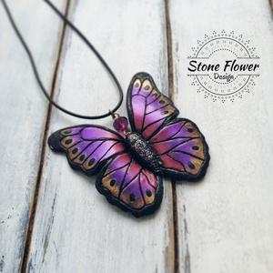 Lila pillangó medál süthető gyurmából , Medál, Nyaklánc, Ékszer, Gyurma, Süthető gyurmából készült, aprólékos kidolgozású pillangó medál. Kb. 5-6 cm. , Meska
