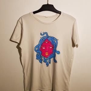 Neon medusa - fehér festett póló, Ruha & Divat, Festett tárgyak, Festészet, Saját kézzel festett egyedi mintás póló. \nA festéshez textilfilcet és textilfestéket használtam, mag..., Meska