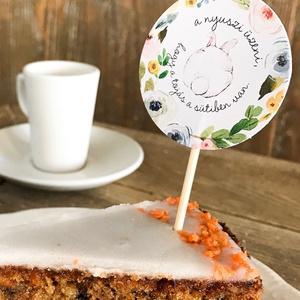 Húsvéti süti beszúró, húsvéti kártya, nyuszis sütemény beszúró, muffin dekoráció, húsvéti ajándékkísérő,, Otthon & Lakás, Papír írószer, Ajándékkísérő, Húsvéti vicces süti beszúró és kísérőkártya. A nyuszis süti dekorációt megrendelheted pálcikán a muf..., Meska