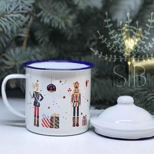 Karácsonyi diótörős bádogbögre, névreszóló karácsonyi bögre, balettos bögre, zománcozott bögre, diótörő, Otthon & Lakás, Konyhafelszerelés, Bögre & Csésze, Decoupage, transzfer és szalvétatechnika, Fotó, grafika, rajz, illusztráció, Karácsonyi bádog bögre, amit kérhetsz névvel vagy név nélkül.\nRetro, kék peremes bádog bögre, fedőve..., Meska