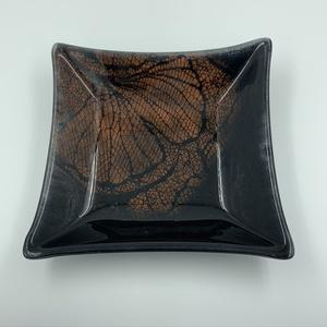 Metal I. fekete-bronz üvegtányér 20x20, Otthon & lakás, Konyhafelszerelés, Lakberendezés, Dekoráció, Üvegművészet, Fusing technikával készült üvegtányér. Két áttetsző üveglapot külön-külön megfestettem, összeolvaszt..., Meska