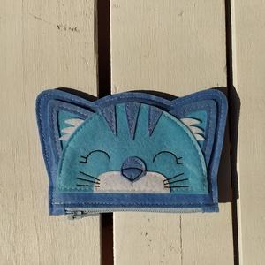 Cicás pénztárca kicsiknek - kék, Aprópénztartó, Pénztárca & Más tok, Táska & Tok, Varrás, Cicás pénztárca kicsiknek - kék\nFilc anyagból varrtam. \n\nMérete:\nszélessége:\n   -lent: 10,5 cm\n   -f..., Meska