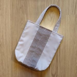 Csipkével díszített táska - kicsi, Táska, Divat & Szépség, Táska, Szatyor, Varrás, Csipkével díszített táska - kicsi\n\nMérete:\nmagassága: 31 cm\nszélessége: 28 cm\nfül: 39,5 cm\n\nMágneszá..., Meska