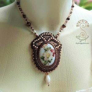 Virágos medál, gyöngyös nyaklánc, rózsás porcelán ékszer, antik hatású gyöngyhímzett nyaklánc, alkalmi nyaklánc  , Ékszer, Nyaklánc, Medálos nyaklánc, Ékszerkészítés, Gyöngyfűzés, gyöngyhímzés, Meska