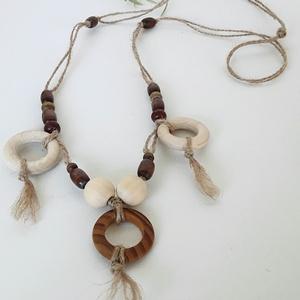Indián nyár nyaklánc , Medálos nyaklánc, Nyaklánc, Ékszer, Csomózás, Gyöngyfűzés, gyöngyhímzés, Vékony kenderszálból készült nyaklánc. A szálra festetlen fából készült karika, és gömbök vannak fel..., Meska