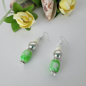 Halványzöldben, Ékszer, Fülbevaló, Lógó fülbevaló, Ezt a fülbevalót henger formájú zöld színű gyöngyökből , ezüst strasszokkal és gömbbel díszítettem, ..., Meska