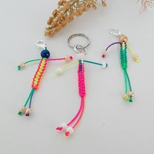 Hárman párban , Táska & Tok, Kulcstartó & Táskadísz, Ezeket a kis színes figurás kulcstartókat készítettem. Vidám színes zsinórral makramé fonással készí..., Meska