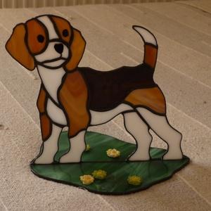 Beagle kutyus. (tiffany ajándék, dísz, lakberendezés, anyák-napjára, születésnap-névnapra), Dísztárgy, Dekoráció, Otthon & Lakás, Üvegművészet, A közkedvelt beagle-fajta kutyus figuráját sablon alapján készítettem el, tiffany technikával, spekt..., Meska