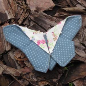 Pillangós csat kék, Gyerek & játék, Táska, Divat & Szépség, Hajbavaló, Ruha, divat, Hajcsat, Patchwork, foltvarrás, Varrás, Itt a tavasz, pillangók bontogatják szárnyaikat..\nKülönböző anyagokból készítettem ezeket a pillangó..., Meska
