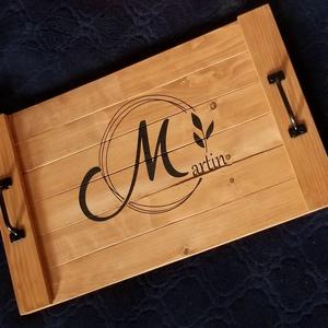 Egyedi monogrammal ellátott kínáló tálca, Tálca, Konyhafelszerelés, Otthon & Lakás, Famegmunkálás, Egyedi tálca a legjobb mód a stílusos kiszolgáláshoz.\nHasználd dekorációként, vagy a mindennapokban!..., Meska