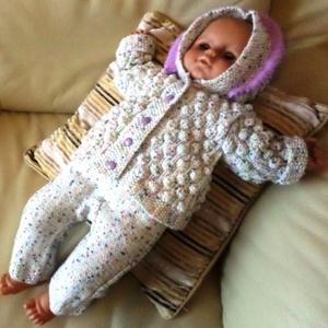 KAPUCNIS GARNITÚRA DÍSZDOBOZBAN - KÉZI KÖTÉS, Gyerek & játék, Táska, Divat & Szépség, Gyerekruha, Ruha, divat, Baba (0-1év), Kötés, Natúr színű, színesen spriccelt Baby Smiles Bravo Baby fonalból kötöttem látványos domború mintával ..., Meska