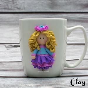 Szőke kislány virágkoszorúval/ Fodros ruhás szőke lány, Bögre & Csésze, Konyhafelszerelés, Otthon & Lakás, Gyurma, A bögre anyaga kerámia. A dekoráció süthető gyurmából, kézzel készült, aprólékos munkával.\nA bögre ű..., Meska