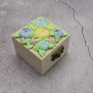 Ékszertartó doboz minden alkalomra/Bazsarózsás gyűrűtartó dobozka esküvőre/Színes boglárkás tárolódobozoz, Gyűrűtartó & Gyűrűpárna, Kiegészítők, Esküvő, Gyurma, Ez a kis tárolódoboz bármilyen alkalomra ideális ajándék. Legyen az szülinap, névnap, házassági évfo..., Meska