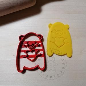Cuki mackó szívet ölel - süteménykiszúró forma, sütipecsét. Linzer, mézeskalács, keksz kiszúró, Otthon & Lakás, Konyhafelszerelés, Sütikiszúró, Mindenmás, Mézeskalácssütés, Cuki mackó szívet ölel sütemény kiszúró forma.\nSaját tervezésű süteménykiszúró forma, mely 3D nyomta..., Meska