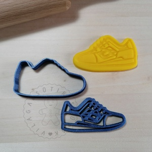 Futócipő - süteménykiszúró forma, sütipecsét. Sütikiszúró. Linzer, mézeskalács, keksz kiszúró, Otthon & Lakás, Konyhafelszerelés, Sütikiszúró, Mindenmás, Mézeskalácssütés, Futócipő forma sütemény kiszúró és minta nyomó.\nSaját tervezésű süteménykiszúró forma, mely 3D nyomt..., Meska