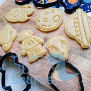Űrhajós kekszkiszúró szett (2020) - Asztronauta süteménykiszúró szett, Űrhajós mézeskalács (6 db-os szett!), Otthon & Lakás, Konyhafelszerelés, Sütikiszúró, Űrhajós kiszúró szettet készítettünk. A hat darabból álló szett tartalma: 1 db űrhajós / asztronauta..., Meska